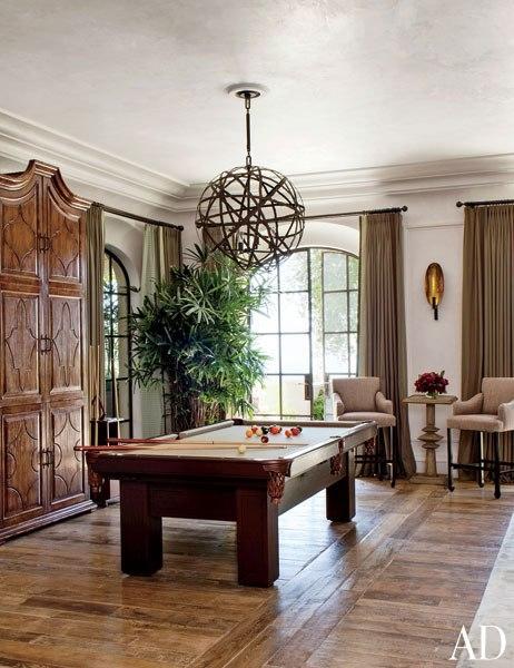 item4.rendition.slideshowWideVertical.brady-06-gisele-bundchen-tom-brady-eco-home-great-room-billiard-table